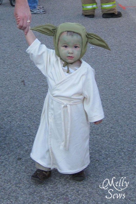Handmade Baby Yoda Costume - https://mellysews.com #sewing #starwars #halloween