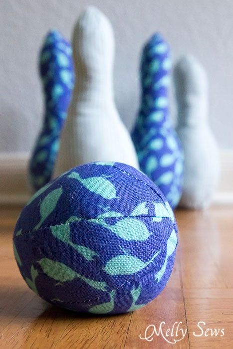 This would be such a cute gift! - Indoor Bowling Set - Pattern by Sew Like My Mom, sewn by http://mellysews.com