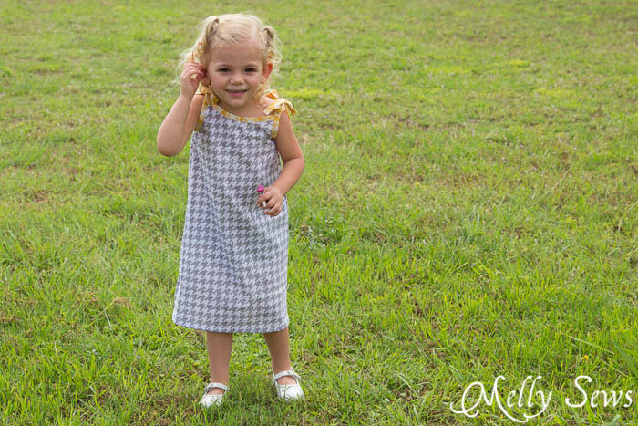 Great go to gift for toddlers - Super Simple and Free Girls Dress pattern by mellysews.com