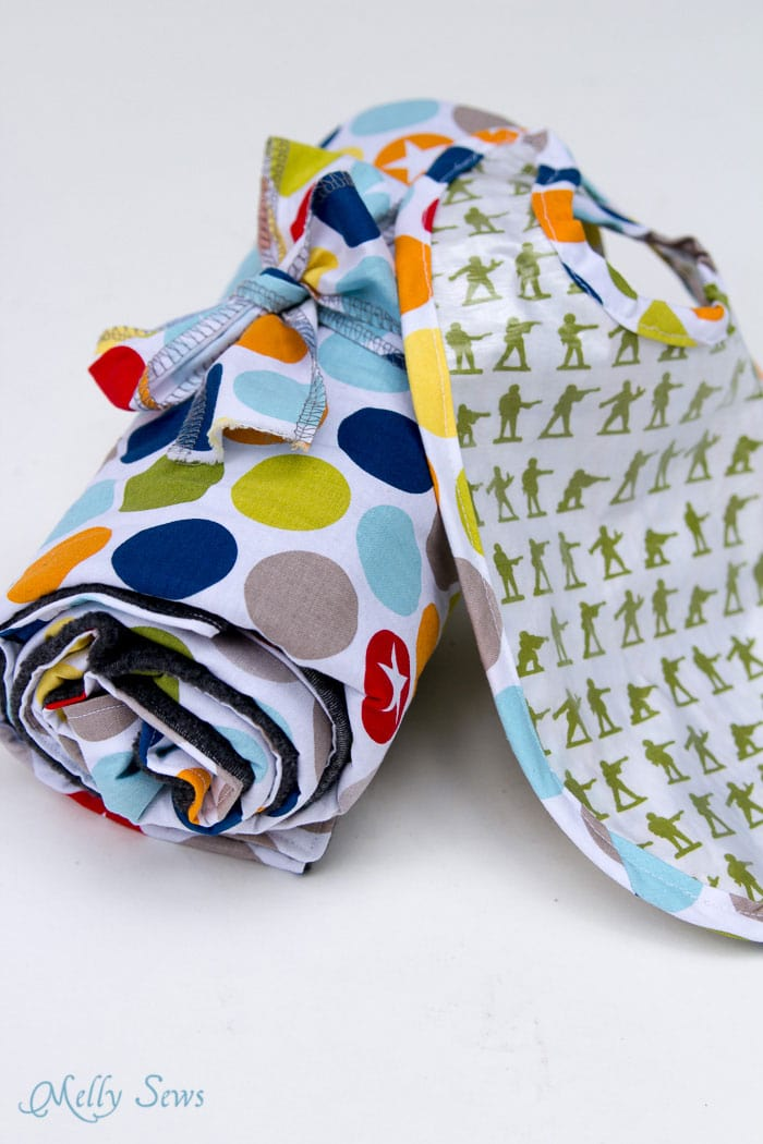 Great gift set! Sew a Bib with this free pattern and make it easy wipe - Written and Video tutorials - Melly Sews