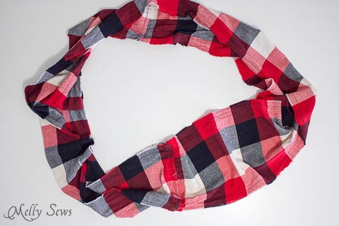 Flannel infinity scarf - 10 Minute Frayed Edge Scarf Tutorial - sew a DIY flannel scarf - so easy! - Melly Sews