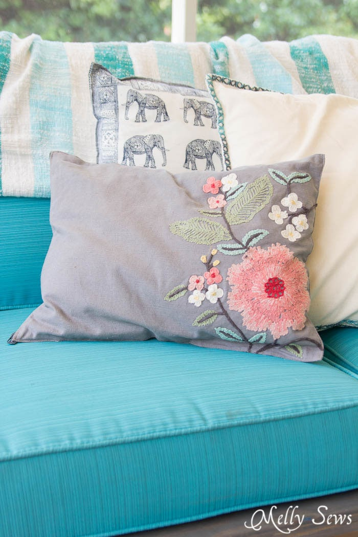 So easy and so pretty! Sew decorative pillows from napkins and placemats - I would never have known that's what these are! DIY Tutorial by Melly Sews