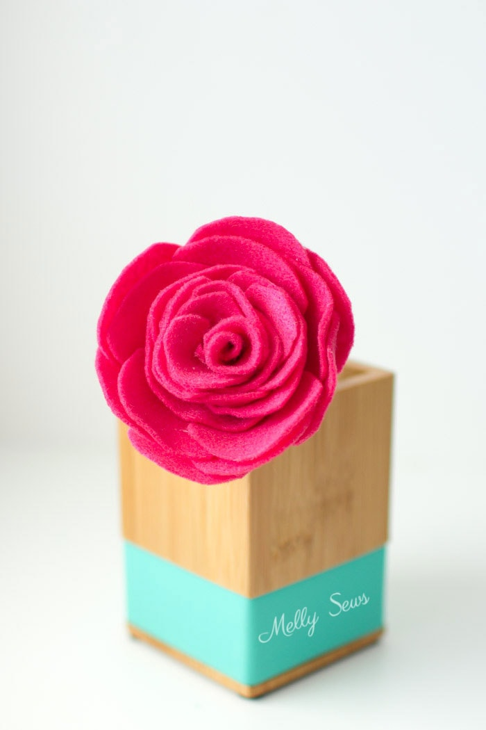 So pretty! How to make a felt rose - felt flower tutorial by Melly Sews