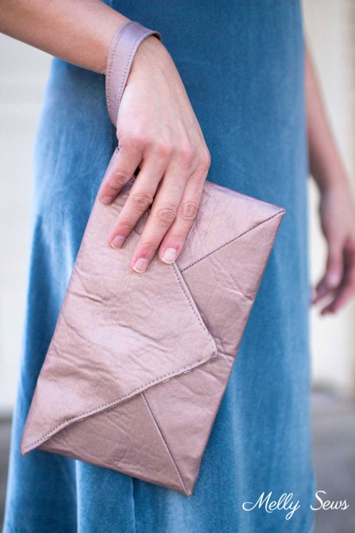 Easy to sew and so pretty! DIY Wristlet Tutorial - Make an Envelope Clutch Style bag with this free pattern from Melly Sews