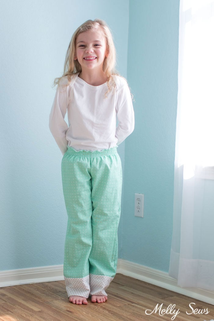 Use elastic thread - How to sew a shirred waist - use elastic thread to sew pajamas waistband - Mommy & Me pajamas by Melly Sews