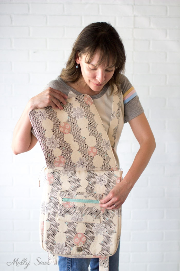 Everything within easy reach - Sew the perfect travel bag - converts from a messenger bag to a backpack - Melly Sews