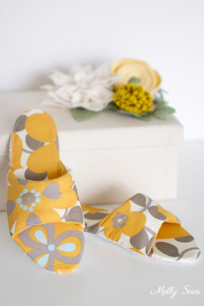 These would be a great gift to make! How to sew DIY slippers - sew house shoes - make slides with this tutorial by Melly Sews