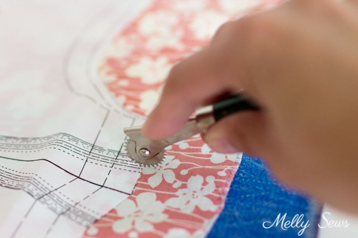 Sewing for beginners - How to use a tracing wheel and tracing paper - How to mark fabric for sewing - an overview of fabric marking tools - Melly Sews