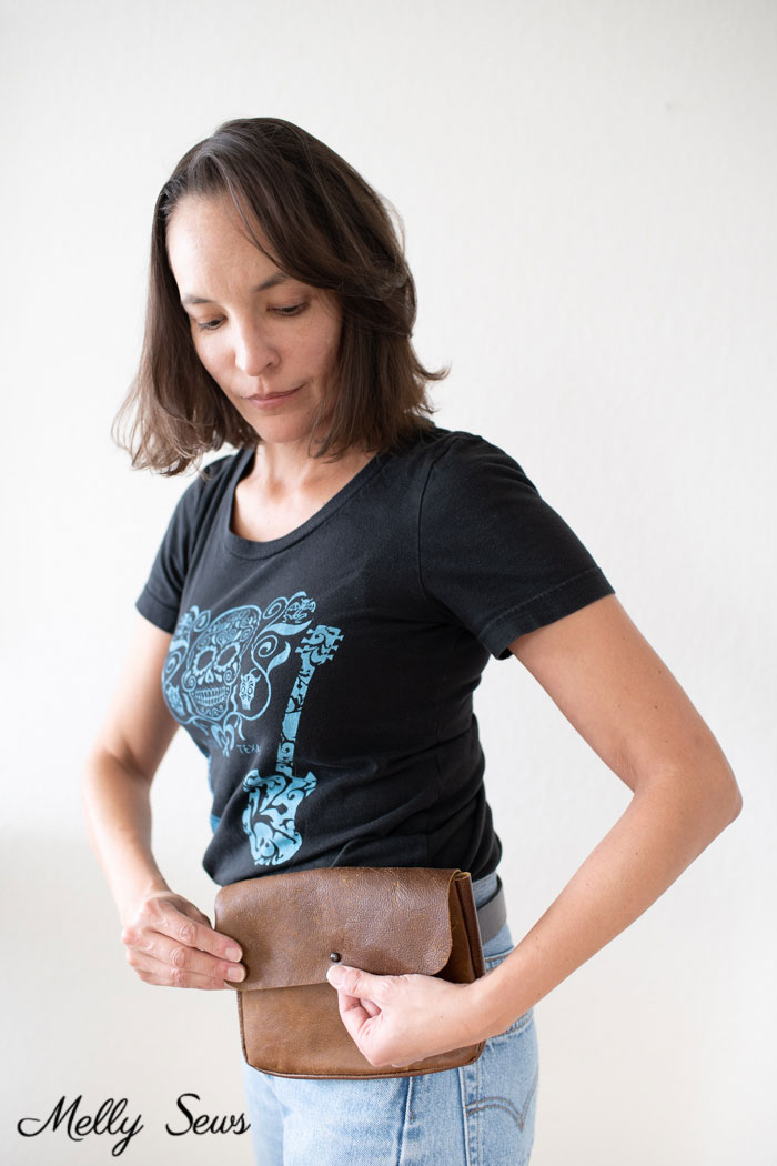 T-shirt, jeans and belt bag - Sew a waist bag - DIY belt bag or fanny pack using a free pattern - Melly Sews