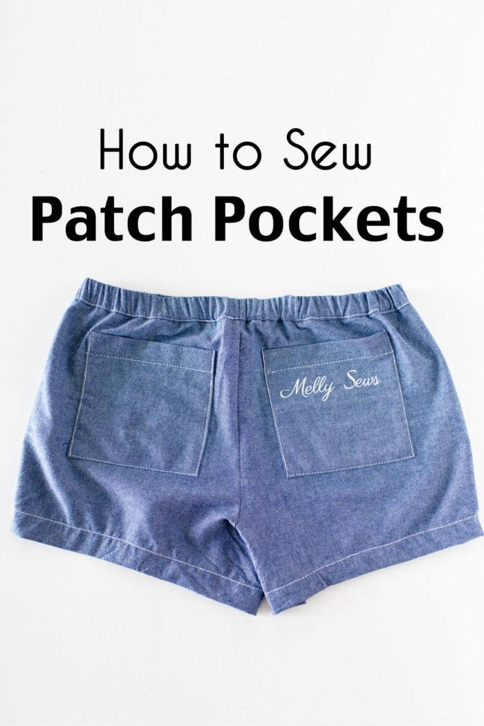 Parte posterior de un par de pantalones cortos de cambray azul colocados planos para mostrar cómo coser bolsillos de parche